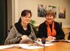 Vibeke Melstrøm signerer tariffavtalen med Uloba sammen med Fagforbundets leder Mette Nord.