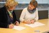 Administrerende direktør i Standard Norge, Trine Tveter og leder i Fagforbundet Mette Nord underskriver en samarbeidsavtale.