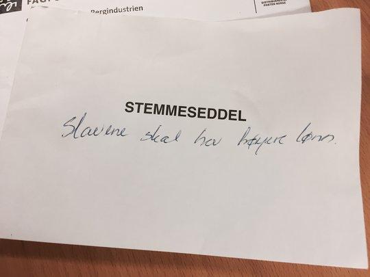 Slutt på ekstra beskjeder: Dette lille hjertesukket fra fordums tid er en av stemmesedlene Grethe Sørensen har tatt vare på.