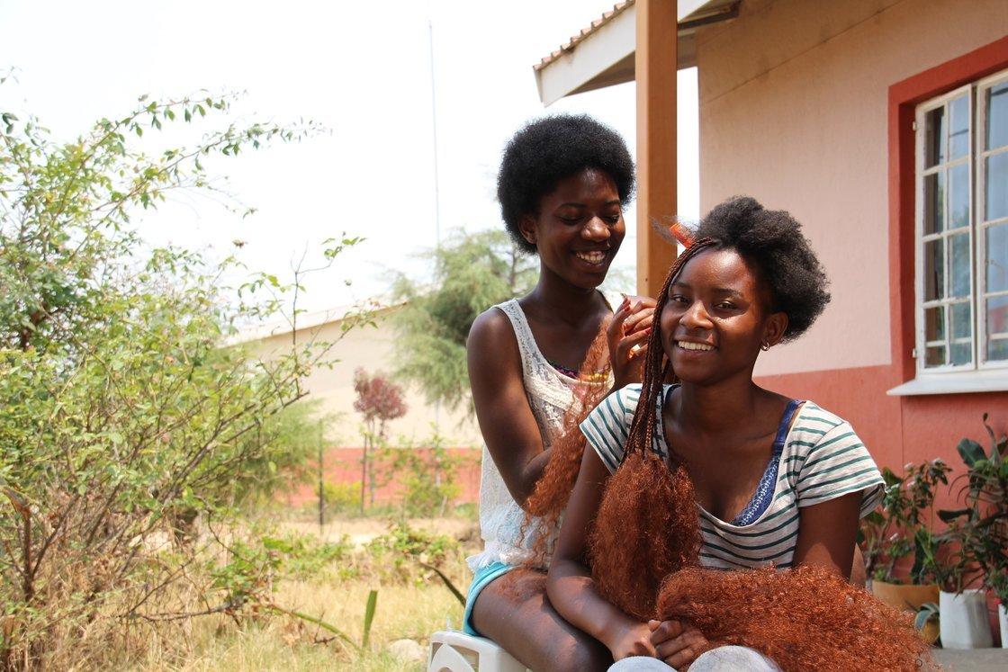 Hårfine tenåringer: Jentene i Fagforbundets barneby sørger for at håret er flettet og klart til lørdag kveld.
