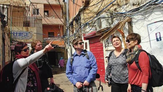 Fagforbundets Palestina-ambassadører besøkte Mar Elias, den minste flyktningleiren i Libanon. Selv om forholdene ikke er like ille som i de største og mest overbefolkede leirene, dør mennesker også der av ulykker fordi vann- og strømledninger er tvunnet sammen i et livsfarlig virrvarr. Fr.v. Anne Auglend, Trine Posaas Nilsen, Bjørn-Roger Steen, Venke Anny Nes og Hilde Bernhardsen.